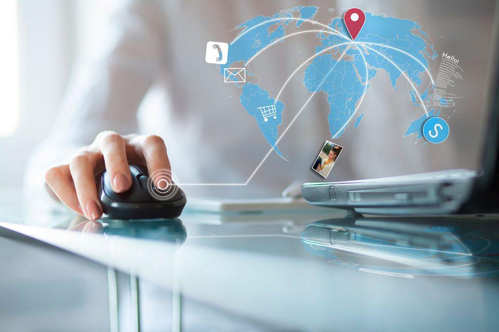 Mujer con oficina virtual haciendo click en un mouse junto a su laptop